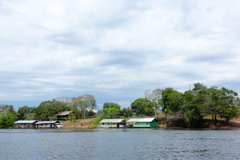 Σπίτια κατά μήκος του ποταμού Amazonas Βραζιλιάνο πανόραμα στοκ εικόνα