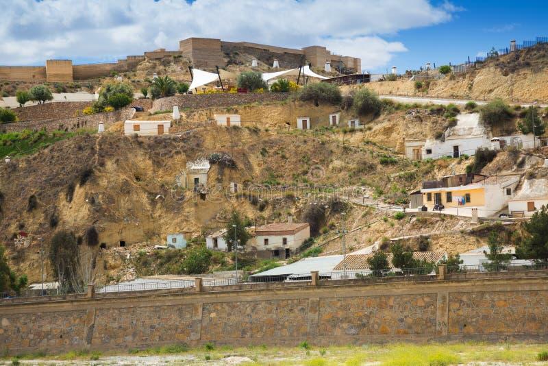Σπίτια κατοικιών στο βράχο σε Puerto Lumbreras και κάστρο στοκ φωτογραφία με δικαίωμα ελεύθερης χρήσης