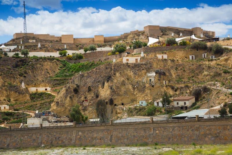 Σπίτια κατοικιών στο βράχο σε Puerto Lumbreras και κάστρο στοκ εικόνες