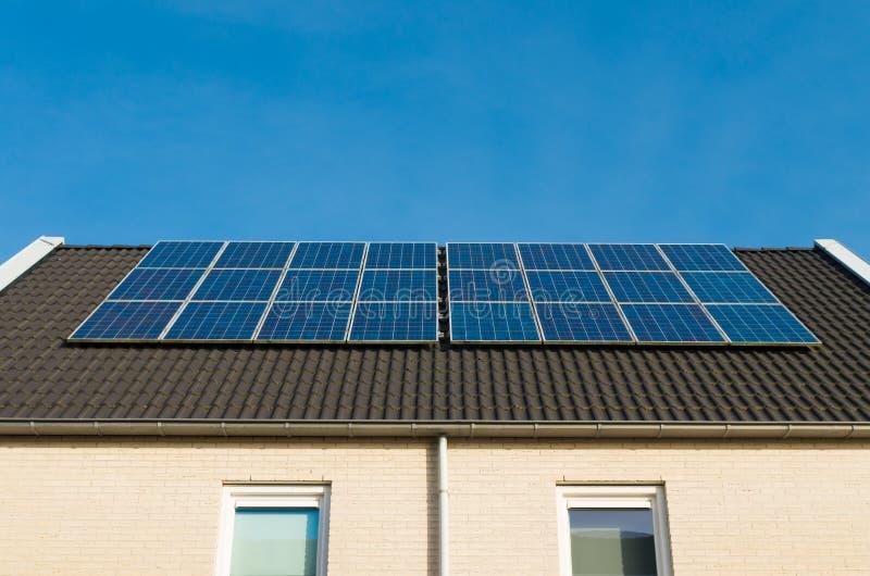 Σπίτια με τα ηλιακά πλαίσια στοκ φωτογραφία με δικαίωμα ελεύθερης χρήσης