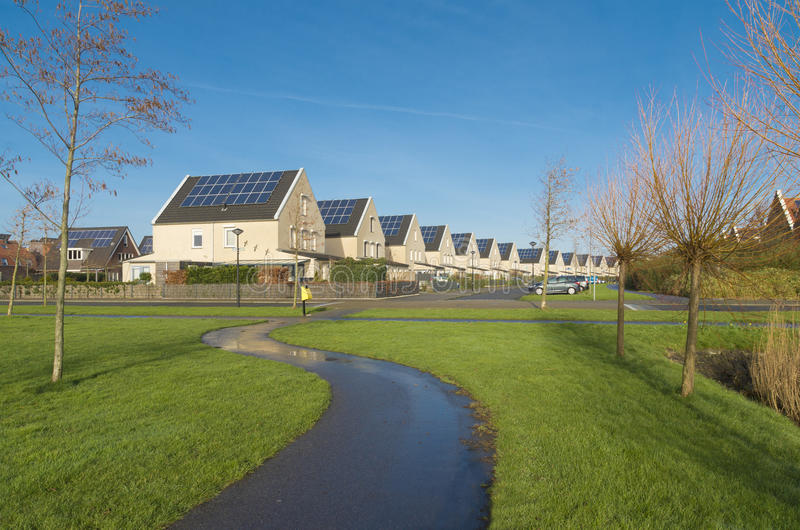 Σπίτια με τα ηλιακά πλαίσια στοκ εικόνες