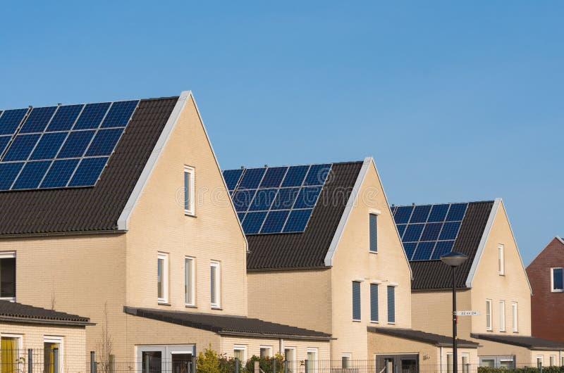 Σπίτια με τα ηλιακά πλαίσια στοκ εικόνες με δικαίωμα ελεύθερης χρήσης