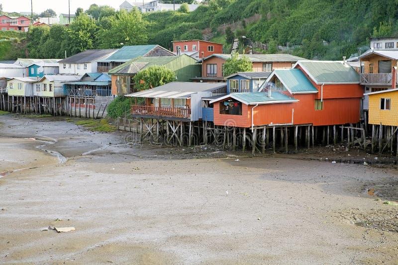 Σπίτια ξυλοποδάρων σε Castro, νησί Chiloe, Χιλή στοκ εικόνα