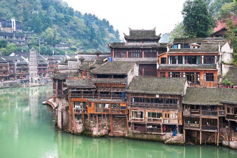 Σπίτια ξυλοποδάρων στον ποταμό Tuojiang στην αρχαία πόλη Fenghuang, επαρχία Hunan, Κίνα στοκ φωτογραφία με δικαίωμα ελεύθερης χρήσης