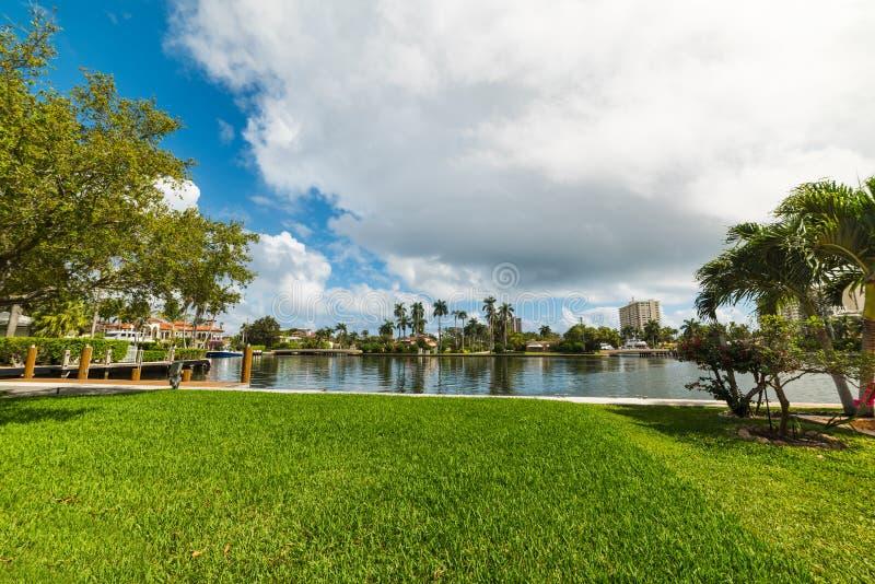Σπίτια πολυτέλειας από ένα μικρό κανάλι στο Fort Lauderdale στοκ εικόνες