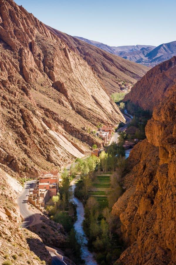 Σπίτια, ποταμός και δρόμος R704 Gorges du Dades στο Μαρόκο στοκ φωτογραφίες