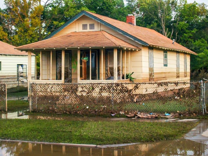 Σπίτια που καταστρέφονται από τα νερά πλημμύρας και τη διαρροή πετρελαίου στοκ εικόνα με δικαίωμα ελεύθερης χρήσης
