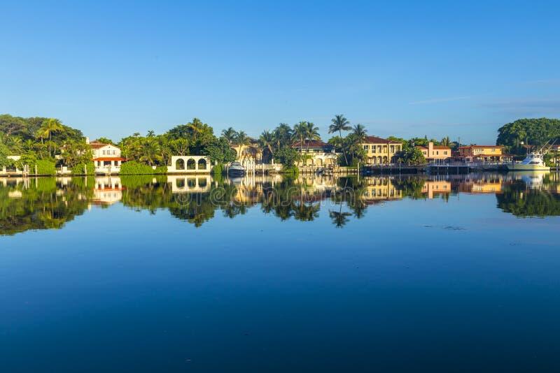 Σπίτια πολυτέλειας στο κανάλι στο Μαϊάμι στοκ εικόνες