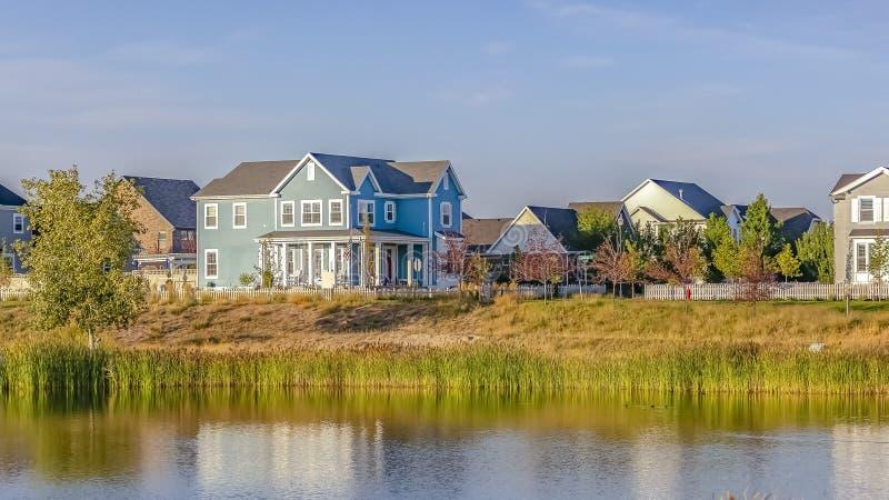 Σπίτια προκυμαιών που απεικονίζονται στην ήρεμη λίμνη Oquirrh στοκ φωτογραφία με δικαίωμα ελεύθερης χρήσης