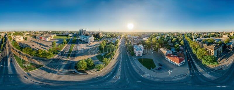 360 σπίτια πόλεων κηφήνων ρ Ρήγα VR και φραγμός των επιπέδων, θερινή εικόνα για την εικονική πραγματικότητα, πανόραμα οδών στοκ φωτογραφία με δικαίωμα ελεύθερης χρήσης