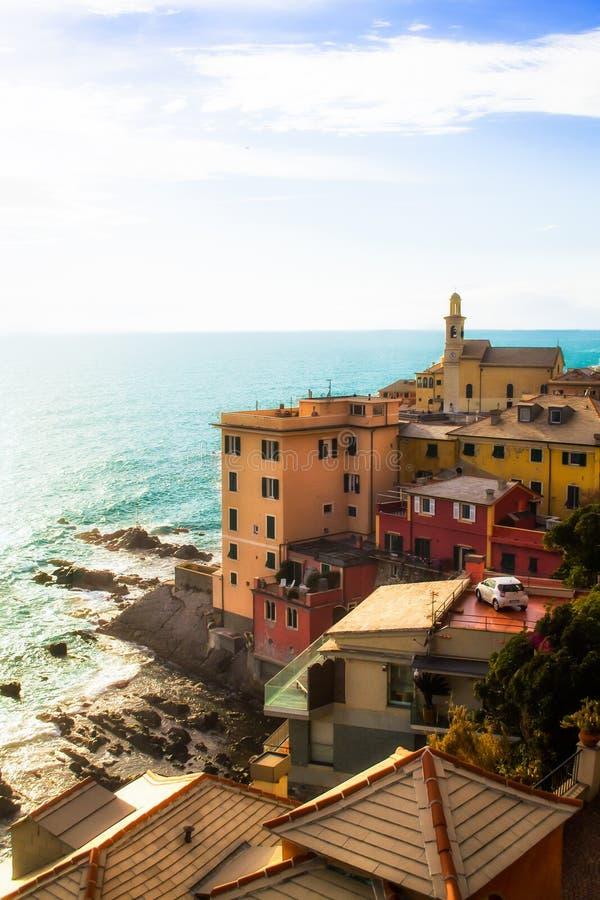 Σπίτια σε μια γειτονιά παραλίας στη Γένοβα, Ιταλία στοκ εικόνες