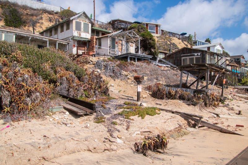 Σπίτια στην ερείπωση που αποκαθίστανται κατά μήκος της παραλίας και της ακτής του όρμου κρυστάλλου στοκ εικόνα