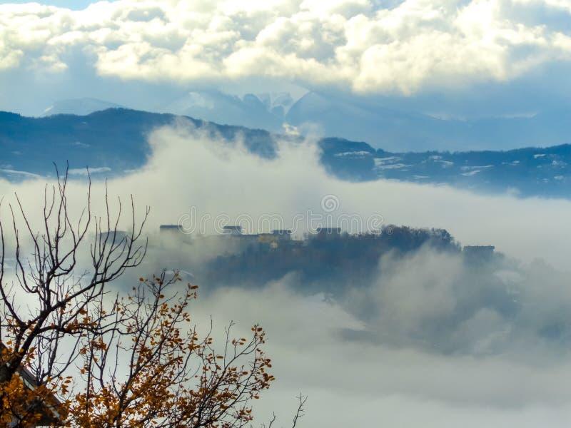 Σπίτια στη μέση της ομίχλης στοκ φωτογραφίες