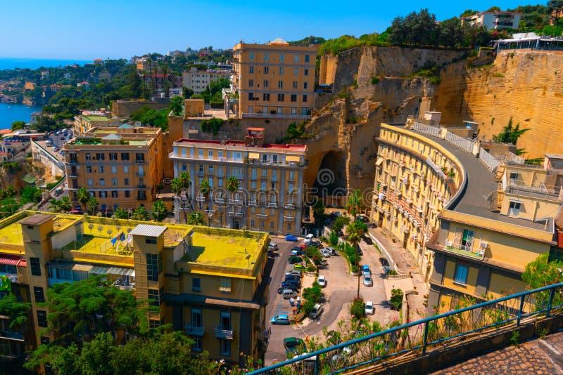 Σπίτια στις ακτές του Κόλπου της Νάπολης r στοκ εικόνες