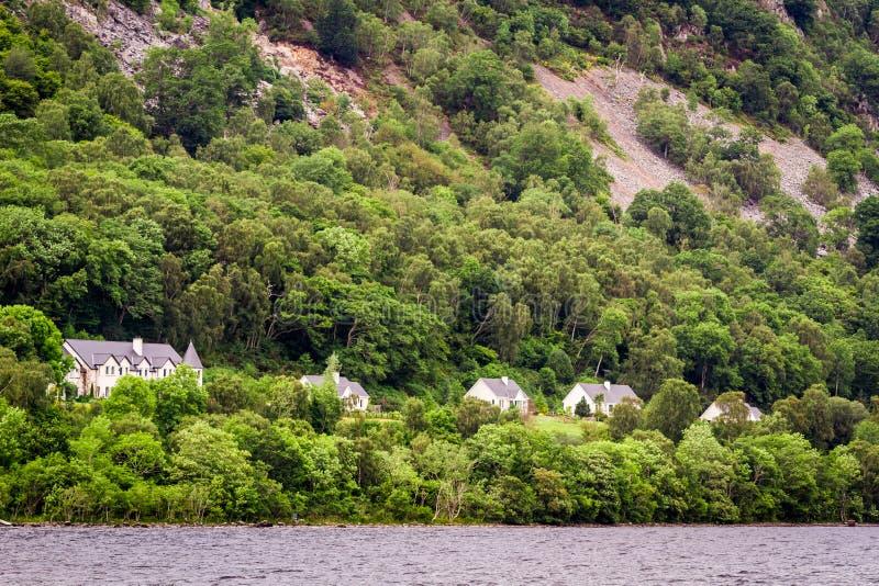 Σπίτια στον απότομο βράχο στα βουνά στοκ φωτογραφία με δικαίωμα ελεύθερης χρήσης