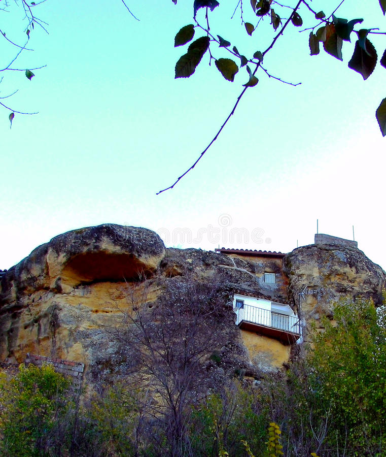 Σπίτια στους βράχους του βουνού στο χωριό Chiclana de Segura στοκ εικόνες