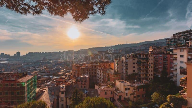 Σπίτια στους λόφους κάτω από το ηλιοβασίλεμα στη Γένοβα, Ιταλία στοκ φωτογραφία με δικαίωμα ελεύθερης χρήσης