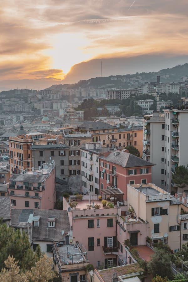 Σπίτια στους λόφους κάτω από το ηλιοβασίλεμα στη Γένοβα, Ιταλία στοκ φωτογραφίες με δικαίωμα ελεύθερης χρήσης