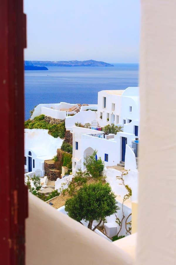 Σπίτια της Σαντορίνης, Ελλάδα, κοιτούν από την πόρτα στοκ εικόνες