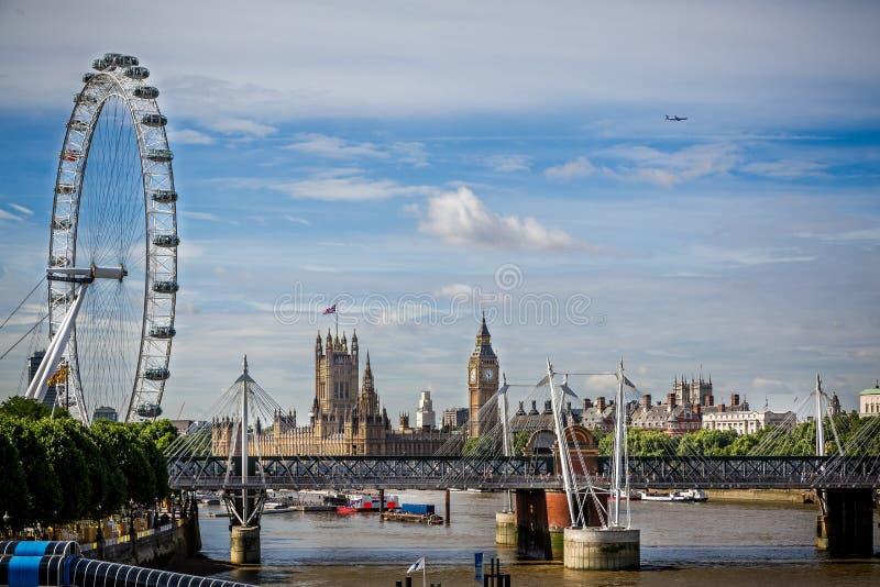 Σπίτια του Κοινοβουλίου, Hungerford & των χρυσών γεφυρών ιωβηλαίου και του ματιού του Λονδίνου από τη γέφυρα του Βατερλώ, Λονδίνο στοκ φωτογραφίες