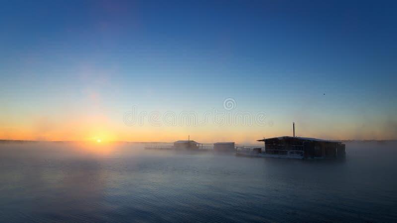 Σπίτια χειμερινής αλιείας στη λίμνη σε ένα κρύο ομιχλώδες πρωί, Ρωσία Ural στοκ εικόνες