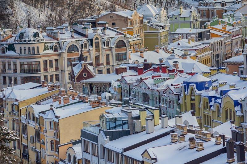 Σπίτια χρώματος στο κλασικό ύφος που καλύπτεται με το χιόνι στοκ εικόνες