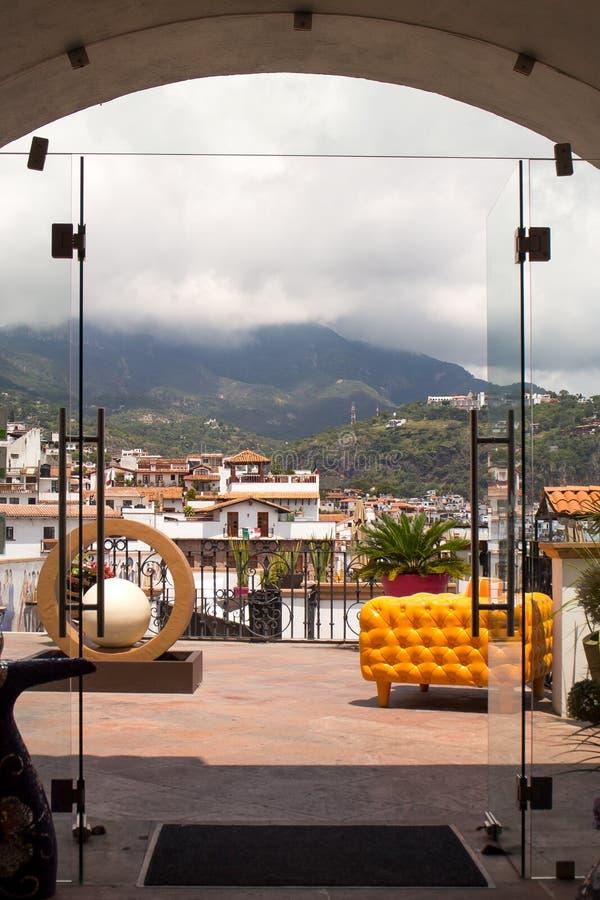 Σπίτια Taxco μέσω της πόρτας στοκ εικόνα με δικαίωμα ελεύθερης χρήσης