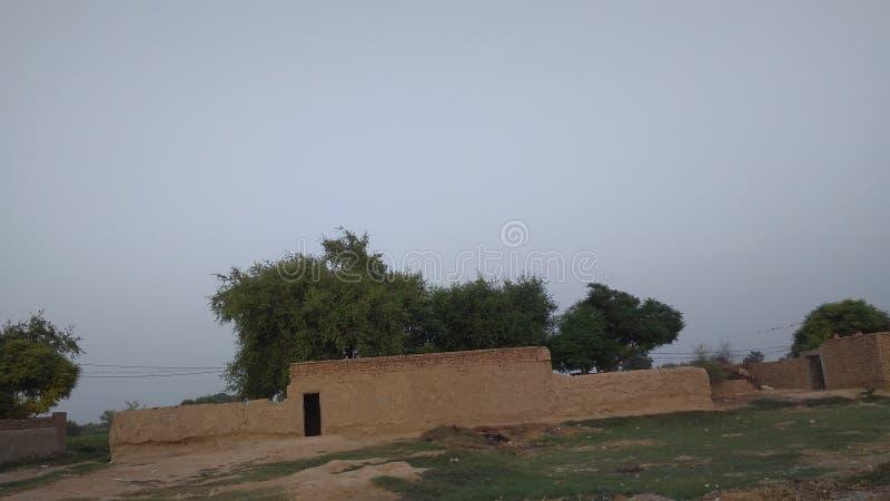Σπίτι λάσπης στο βράδυ σε ένα χωριό στοκ εικόνα