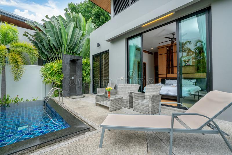 Σπίτι ή εξωτερικό και εσωτερικό σχέδιο οικοδόμησης που παρουσιάζει τροπική βίλα λιμνών με τον πράσινο κήπο στοκ φωτογραφία