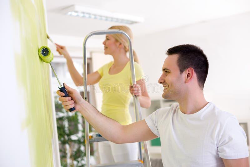 Σπίτι ανακαίνισης ζωγράφων ζεύγους στοκ φωτογραφία