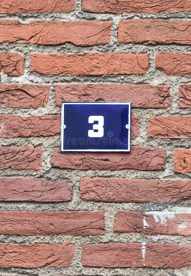 Σπίτι αριθμός τρία λευκό 3 στο μπλε στοκ φωτογραφίες
