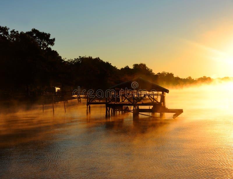 Σπίτι βαρκών που περιβάλλεται από τη χρυσή ομίχλη στοκ φωτογραφία με δικαίωμα ελεύθερης χρήσης