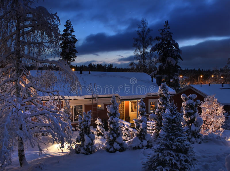 σπίτι βραδιού Χριστουγέννων χιονώδες στοκ φωτογραφίες με δικαίωμα ελεύθερης χρήσης