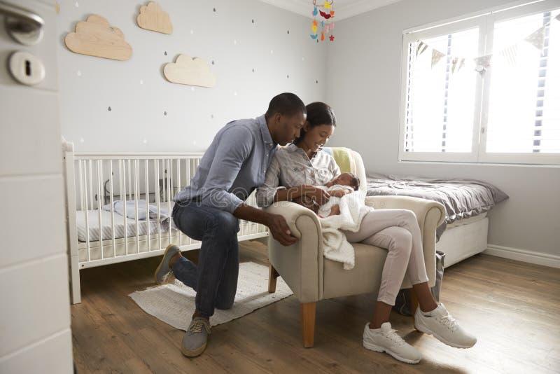 Σπίτι γονέων από το νοσοκομείο με το νεογέννητο μωρό στο βρεφικό σταθμό στοκ φωτογραφίες με δικαίωμα ελεύθερης χρήσης
