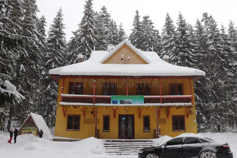 Σπίτι δασοφύλακα στα βουνά Λίμνη Synevir στοκ φωτογραφία