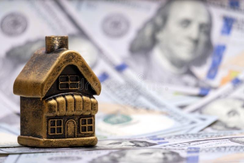 σπίτι δολαρίων Η έννοια των οικονομικών επενδύσεων στην ακίνητη περιουσία, υποθήκη, δάνειο, υποχρέωση Χρυσό εξοχικό σπίτι αναμνησ στοκ εικόνα με δικαίωμα ελεύθερης χρήσης