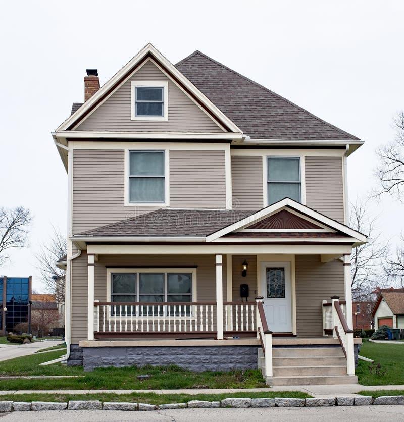 Σπίτι δύο ιστορίας με το κιγκλίδωμα μερών αξόνων στοκ εικόνες