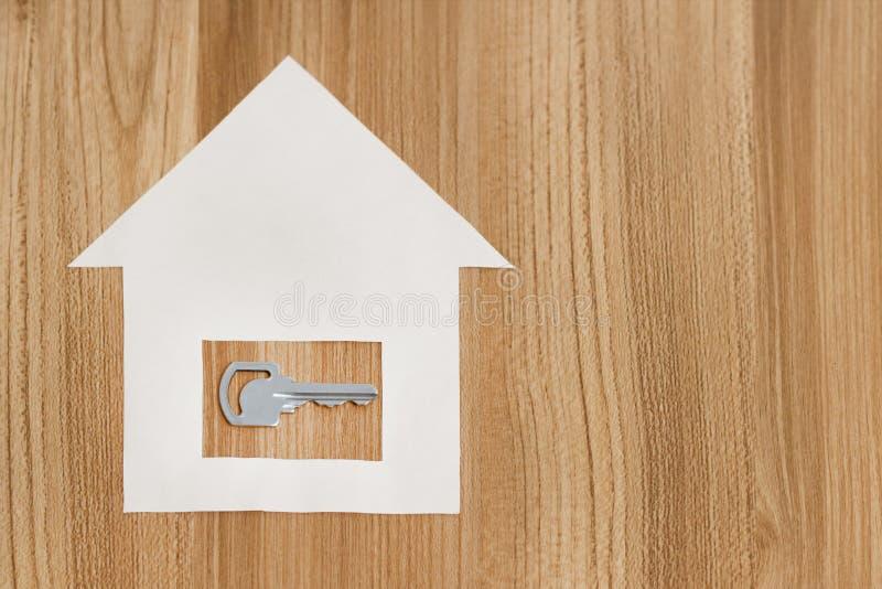 Σπίτι εγγράφου με ένα κλειδί από το νέο διαμέρισμα στοκ εικόνα