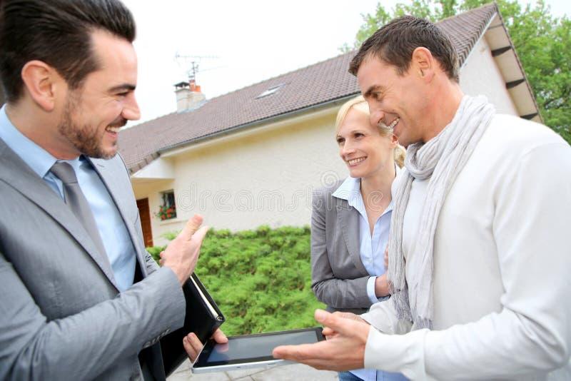 Σπίτι επίσκεψης ζεύγους που αγοράζει στοκ εικόνες