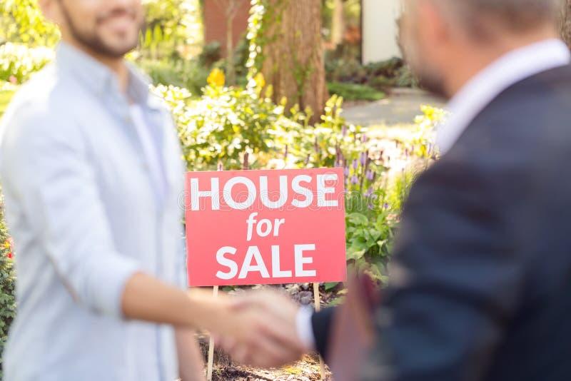 Σπίτι επιγραφής για την πώληση στοκ εικόνα