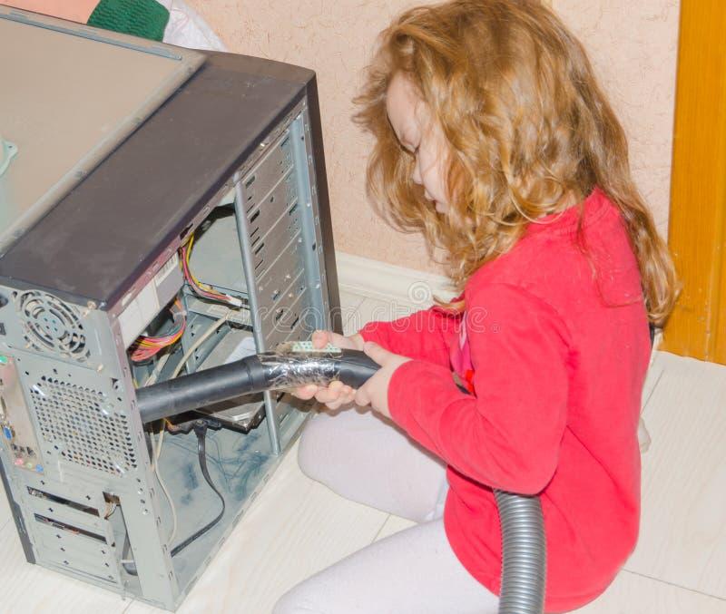 Σπίτι ηλεκτρικών σκουπών υπολογιστών σκόνης κοριτσιών στοκ εικόνα