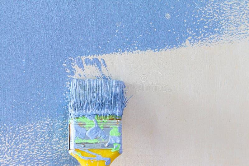 Σπίτι και εσωτερική ανακαίνιση γραφείων με το μπλε χρώμα στοκ φωτογραφία