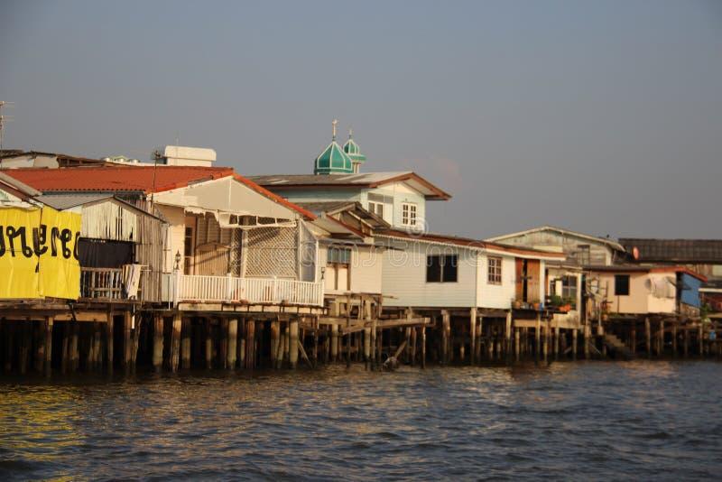 Σπίτι και κατοικία στην όχθη ποταμού στοκ φωτογραφίες