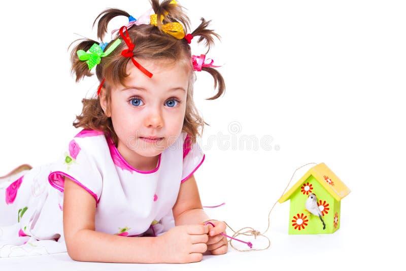 Σπίτι και κορίτσι πουλιών στοκ εικόνα με δικαίωμα ελεύθερης χρήσης