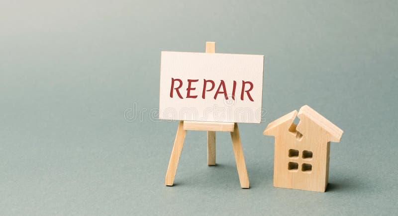 Σπίτι και μια αφίσα με την επισκευή λέξης Η έννοια ενός χαλασμένου σπιτιού, κατοικία Εγχώρια επισκευή μετά από την καταστροφή στοκ εικόνα με δικαίωμα ελεύθερης χρήσης