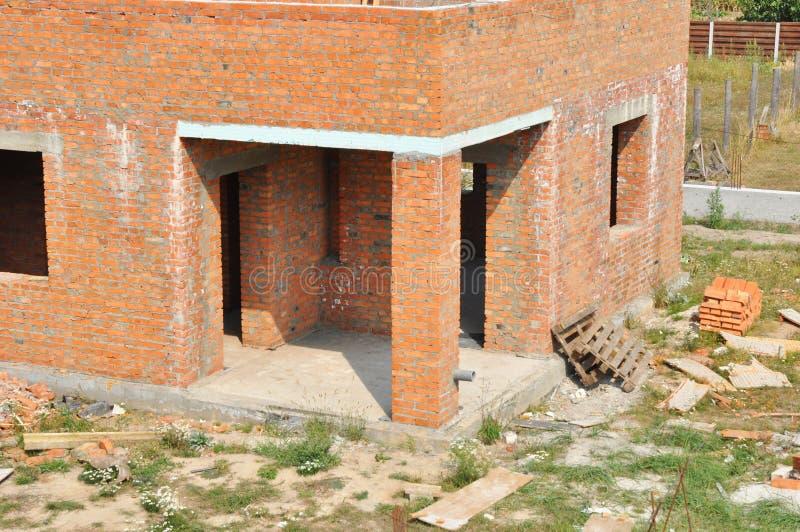 σπίτι κατασκευής κάτω Ατελές σπίτι τούβλου οικοδόμησης constr στοκ φωτογραφία με δικαίωμα ελεύθερης χρήσης