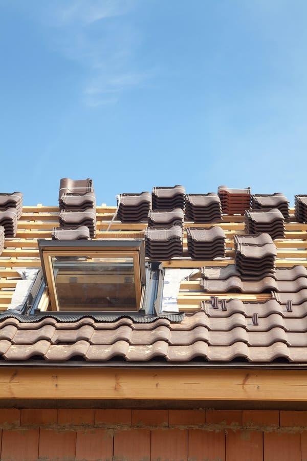 σπίτι κατασκευής κάτω Κεραμίδια υλικού κατασκευής σκεπής με τον ανοικτό φεγγίτη στοκ εικόνες με δικαίωμα ελεύθερης χρήσης