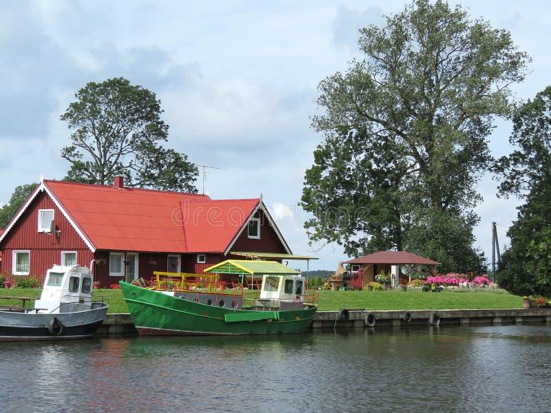 Σπίτι κοντά στον ποταμό στοκ φωτογραφίες