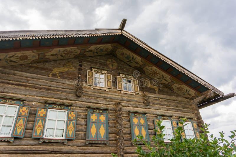 Σπίτι κούτσουρων με τις χρωματισμένες διακοσμήσεις στοκ εικόνα