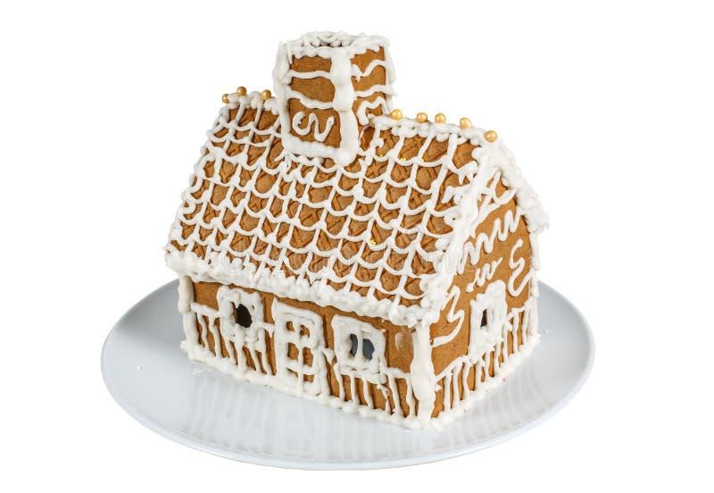 Σπίτι μελοψωμάτων σε ένα πιάτο που απομονώνεται σε ένα άσπρο υπόβαθρο στοκ φωτογραφία